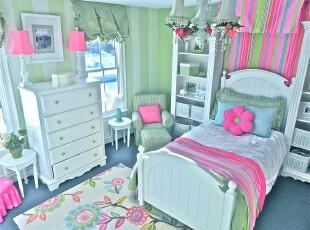 田园风格儿童房,亮丽的色彩和花灯把儿童房装扮成春意盎然的小花园。,儿童房,田园,粉色,春色,绿色,白色,蓝色,灯具,窗帘,墙面,