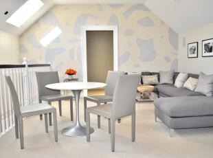 现代主义阁楼,银色家具能突显主人的生活品味,但也会让空间显得清冷,好在设计师还打造了天窗,明媚的阳光让室内显得格外柔和。,阁楼,餐厅,客厅,相片墙,墙面,白色,黄色,现代,