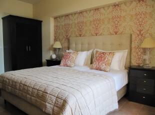 现代中式卧室,引人注目的是传统花纹装饰的墙面,让朴素的家具增色不少。,卧室,中式,宜家,墙面,灯具,原木色,黄色,白色,红色,