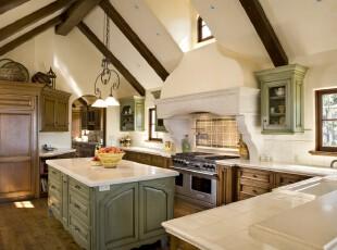典雅的欧式厨房,白色与原木色的配合显得更为大气。,厨房,欧式,墙面,灯具,原木色,白色,绿色,