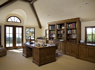 典雅大气的欧式书房,深色的原木家具使人心平气和,望着窗外的花草树木,不禁想手持书卷,好好享受一番午后读书的惬意。,欧式,书房,原木色,墙面,白色,