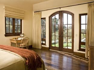 典雅的欧式卧室,大气、简洁,最吸引人的是那两面的窗户,白日有户外美景观看,夜晚更可卧床细数天上繁星。,卧室,欧式,原木色,黄色,窗帘,墙面,