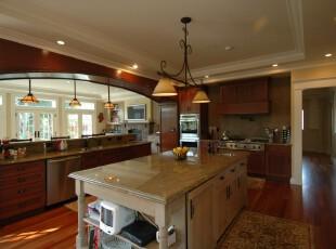 典雅大气的欧式厨房,开放式的设计让户外的阳光更好地照射进来,使原木色的厨房更加明亮。,厨房,欧式,灯具,原木色,