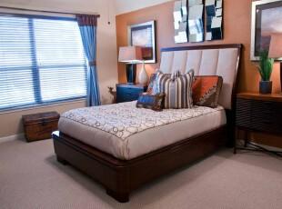 中式风格卧室,传统的家具并不能让主人满意,不过当墙面用橘黄色和凹凸镜片装饰起来时,个性主义就体现出来了。,卧室,中式,窗帘,墙面,灯具,白色,原木色,黄色,