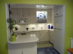 地中海风格厨房,蓝色与白色象征着蓝天、白云、大海,同时,绿色的墙面和装饰品带来了一抹春意。,厨房,地中海,绿色,白色,蓝色,灯具,墙面,
