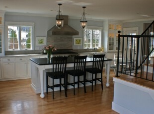 现代风格的厨房,给人一种素雅的感觉。,厨房,餐厅,现代,餐台,黑白,灯具,墙面,原木色,