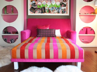 现代主义卧室,采用鲜艳的粉红色和条纹设计让卧室具有强烈的个性化色彩。,卧室,现代,白色,粉色,墙面,收纳,