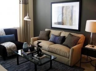 简约风格的客厅,多种深色调营造出素雅的氛围。,客厅,现代,简约,灯具,窗帘,墙面,蓝色,黄色,