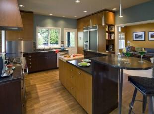 现代原木厨房,强大的收纳能力让厨房变得十分干净整洁。,厨房,现代,墙面,吧台,灯具,收纳,原木色,