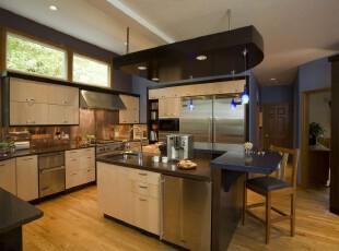 现代原木厨房,强大的收纳能力让厨房变得十分干净整洁。,厨房,现代,吧台,灯具,原木色,黑白,