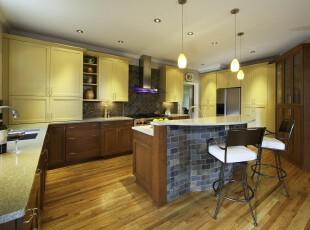 现代原木厨房,配以石砖的墙面设计产生一种自然的氛围。,厨房,现代,原木色,黄色,黑白,灯具,墙面,收纳,吧台,