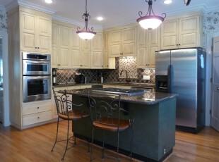 简约欧式厨房,高空间并且完全开放设计,整体显得十分大气。,厨房,吧台,简约,欧式,原木色,黄色,灯具,收纳,墙面,