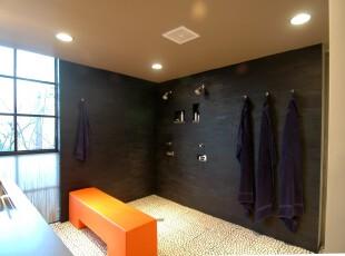 前卫的现代卫生间,黑与橘红的撞色,明快与深沉的搭配给予这个空间独具一格的印象。,卫生间,现代,黑白,