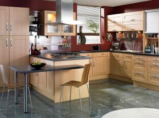 简约主义厨房,淡淡的原木橱柜在深红的墙面陪衬下更显明亮,素雅的地板瓷砖给厨房添加了一丝空灵般的美。,厨房,餐台,简约,现代,原木色,红色,
