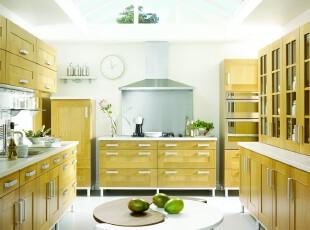 现代主义厨房,阳光从独特的天窗照射下来,满室的明亮,整齐统一的原木橱柜也摆脱了沉闷,看起来光亮许多。辅以植物的点缀,厨房的色彩也丰富起来。,厨房,现代,原木色,白色,