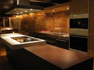 现代厨房,特有的砖墙和长形厨房设计让人有种酒吧的错觉,原木色的大量应用也加深了这种印象。,厨房,现代,小资,墙面,原木色,黑白,