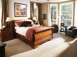 中式卧室,极具古意,米黄色墙面和浅色地毯冲淡了原木家具带来的沉闷,古色仅仅集中在最显眼的床上面。,卧室,墙面,窗帘,中式,黄色,原木色,