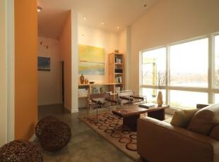 素雅的简约客厅,看似随意摆放的家具和明亮的落地窗让人身心放松。,客厅,过道,黄色,原木色,