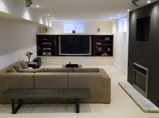 现代简约风格的客厅,黑白是永不落后的搭配方案,电视柜的设计让多余的物品有了存放的空间,既不破坏整体的简洁,也提供了更大的收纳能力。,客厅,现代,简约,黑白,白色,收纳,