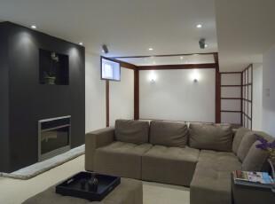 简约风格的客厅,显眼的黑色墙面格外大气,原木的墙面装饰也开拓了整个空间。,客厅,简约,现代,黑白,白色,墙面,