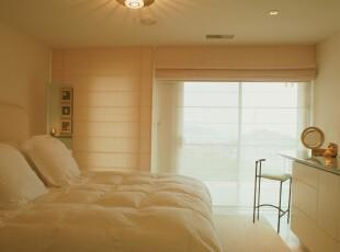 十分简约的卧室,看上去暖暖的,整个睡眠环境十分安静。,卧室,灯具,窗帘,简约,黄色,
