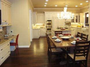 典型欧式餐厅,素雅的白色厨房和深沉的原木餐桌在色调上互补,而且洁净的厨房向来为人所爱,当你和家人酒足饭饱之后,深色的地板和餐桌也不会让剩菜残羹过于显眼。,餐厅,厨房,餐台,灯具,墙面,白色,原木色,