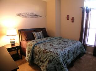 简约主义卧室,想让简单的卧室生动起来,或许你可以借鉴这个方法:用深色纹饰家具为你的卧室提升关注度吧!,卧室,灯具,窗帘,简约,紫色,黑白,