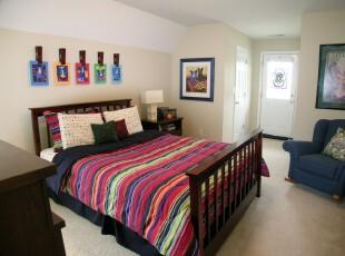 现代小资风格卧室,大胆采用多色彩让卧室变成七色彩虹。如果觉得视觉疲劳了,可以对着那着色浅淡的墙面静思。,卧室,现代,小资,墙面,灯具,黄色,原木色,蓝色,红色,
