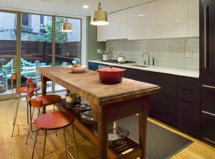 简约风格餐厅,一面落地窗映照两个相仿的厨房空间:室外绿意盎然,室内柔和温馨。,餐厅,餐台,吧台,灯具,简约,红色,黑白,原木色,