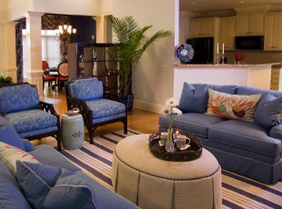 地中海风格客厅,抢眼的蓝色沙发让人印象深刻,浅黄色的布艺茶几犹如沙滩般柔美,置身其中,仿佛正在碧海银沙中休息一般。,地中海,客厅,蓝色,黄色,