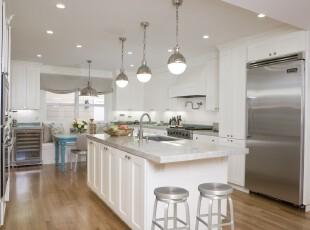 现代简约厨房,纯白的厨房显得明亮干净。,厨房,灯具,窗帘,吧台,现代,简约,白色,
