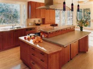 现代简约厨房,原木的氛围十分温馨,户外生机勃勃,透过窗户即可见到。看着美景,来一份可口的午餐,岂不快哉!,厨房,现代,简约,灯具,吧台,原木色,黄色,