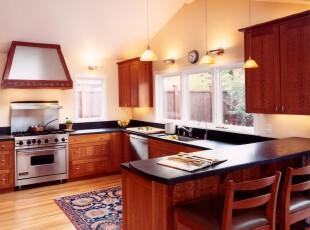 现代简约风格厨房,窗户给室内带来更多光照,为主打原木色调的厨房减少些许沉闷。,厨房,灯具,吧台,现代,简约,黄色,原木色,