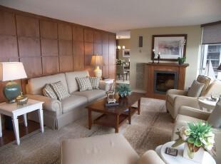 现代风格客厅,由一面落地窗环绕而成,光线良好。原木色墙面隔绝了其他空间,形成一个私密的休息谈话环境。,客厅,现代,墙面,灯具,原木色,黄色,