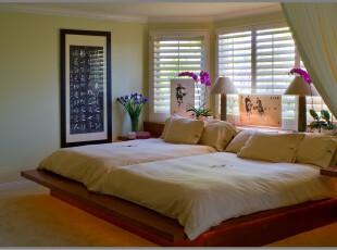 简约主义卧室,直接使用地台设计节省了床的摆放空间,飘窗增加的小空间可以用于灯具等小物品的存放,简洁又干净。,卧室,简约,现代,宜家,窗帘,灯具,地台,飘窗,白色,原木色,