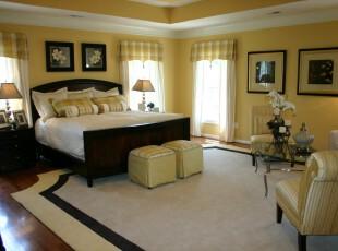 中式卧室,黑白和淡黄产生强烈的视觉对比,让人觉得大气、亲切。,卧室,窗帘,灯具,墙面,中式,黄色,黑白,