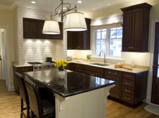 简约欧式厨房,宜家的设计不需太多华丽的色彩,仅仅采用白色与深原木色装饰即可。此外,灰白的砖墙设计是另一个亮点。,厨房,欧式,宜家,白色,原木色,墙面,灯具,餐厅,餐台,