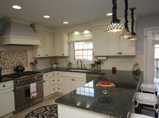 欧式风格的厨房,简朴大方。,厨房,灯具,欧式,窗帘,吧台,黑白,