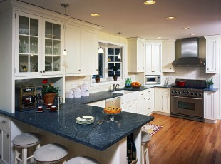 欧式风格的厨房,简朴大方。,厨房,灯具,欧式,窗帘,吧台,黑白,原木色,蓝色,