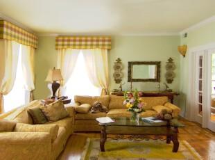 欧式田园客厅,色调温暖。明亮的窗户带来更多户外光线,身处其中像是在园中休憩一样。,客厅,窗帘,墙面,灯具,欧式,田园,春色,黄色,绿色,