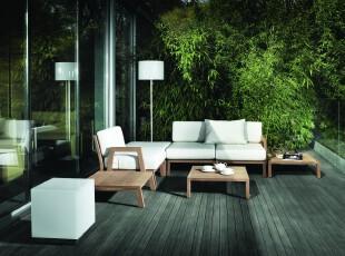 简约风格阳台。室外一片绿意,只需搬上几把椅子,饮酒喝茶都显得十分舒心和自然。,阳台,简约,现代,灯具,白色,原木色,