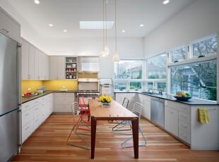 现代简约主义厨房,简洁明亮。,厨房,餐厅,餐台,灯具,现代,简约,墙面,白色,原木色,