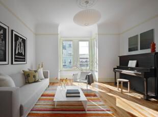 简约风格客厅,以黑白为主题,拱形的窗台和扇贝灯具为房间添加了一份活跃感。,客厅,灯具,墙面,相片墙,简约,小资,黑白,原木色,