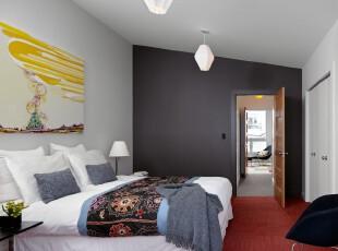 简约小资风格卧室,不规则的天花板让卧室有种特殊的美,整体颇显素雅。,卧室,墙面,灯具,简约,小资,黑白,红色,