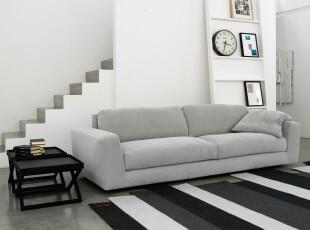 """现代简约客厅,这是一个十分精致的小客厅,特意挑选的黑白条纹地毯和""""凑巧""""的阶梯将线条美充分展示出来。黑白配色也很好地诠释出极简主义。,客厅,墙面,楼梯,现代,简约,黑白,"""