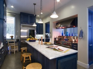 地中海风格厨房,蓝色具有强烈的视觉效果,完全摈弃俗套。,厨房,地中海,吧台,蓝色,白色,