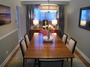 简约风格的餐厅,狭小的空间不过多地装饰,除了主要的餐桌和椅子之外,墙上的风景画能增添些许自然风光,对应的墙面上使用镜子扩展空间,让这个小餐厅更开阔。,餐厅,餐台,灯具,窗帘,现代,简约,黑白,原木色,