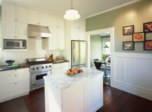简约风格的厨房,不采用浮夸的色彩,满室的净白象征着宁静、祥和。,厨房,简约,现代,墙面,相片墙,灯具,白色,原木色,