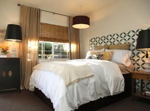 现代主义风格的卧室,增加了一些中式家具:古色古香的柜子和竹帘,将现代与传统有趣地结合起来。,卧室,现代,墙面,灯具,窗帘,白色,黑白,黄色,