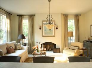 现代风格的客厅,从净白和暖色入手,赋予了房间不同的色彩情调。,客厅,现代,墙面,灯具,窗帘,黄色,黑白,